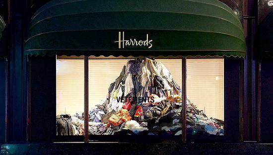 Vetements在英国哈罗德百货的橱窗展示 图片站,专门从品牌手中购买生产过剩的商品并以折扣价出售给消费者,使品牌不需要自己处理库存,去Blinq购物的顾客也都是奔着低价处理的商品去的。由于这部分商品如果卖不出去很可能就会被送到垃圾填埋场,消费者购物的时候也许还会觉得自己在为环境保护做贡献。</p> <p>二手转售网站也可以缓解生产过剩的问题,这也要求设计师在设计系列时注重产品二次销售、多次利用的可能性。注重可持续的品牌Stella McCartney最近就和二手奢侈品转售网站The ReaLReal续签了合作协议,确保Stella McCartney的单品都能做到循环使用而不被送到垃圾填埋场处理。</p> <p>在时尚行业,可持续永远会是一个需要多方协作才能实现的目标,生产过剩问题也需要设计师、品牌、生产厂商和零售商的共同努力才能得到解决。</p><p><a href=